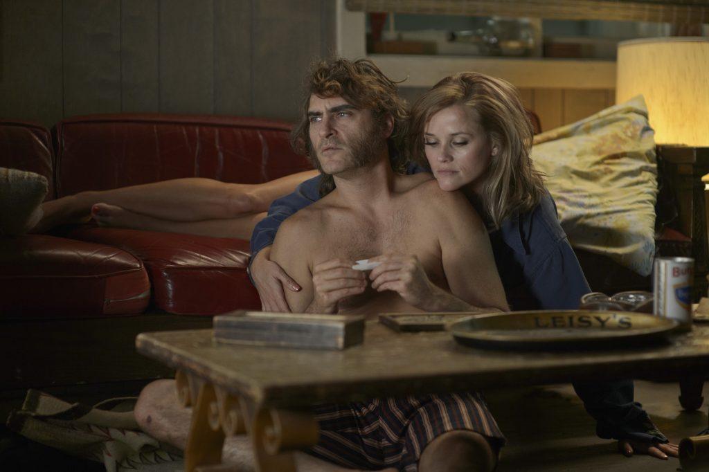Szenenbild aus INHERENT VICE - Doc (Joaquin Phoenix) und Penny (Reese Witherspoon) - © Warner Bros. Germany