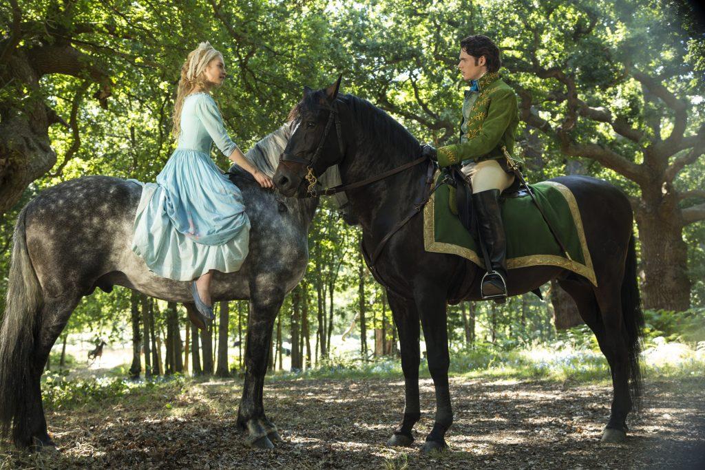 Szenenbild aus CINDERELLA - Cinderella (Lily James) trifft im Wald auf Kit (Richard Madden) - © Disney