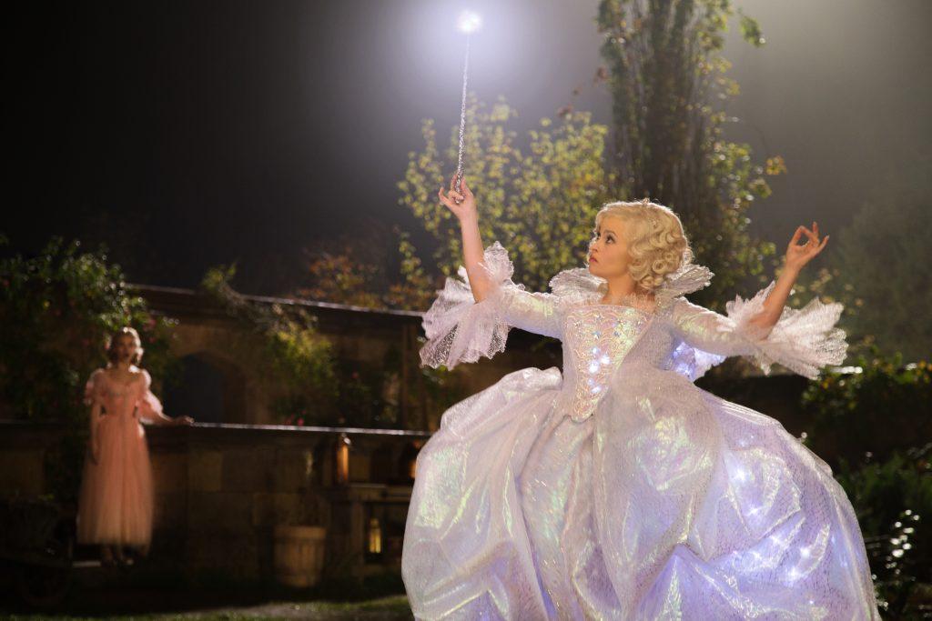 Szenenbild aus CINDERELLA - Die Gute Fee (Helena Bonham Carter) zaubert für Cinderella (Lily James) - © Disney
