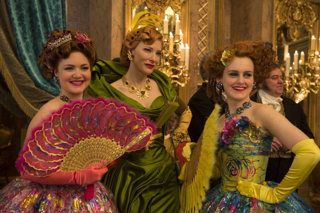 Szenenbild aus CINDERELLA - ady Tremaine (Cate Blanchett, Mitte) mit ihren Töchtern Anastasia (Holliday Grainger, links) und Drisella (Sophie McShera, rechts) - © Disney