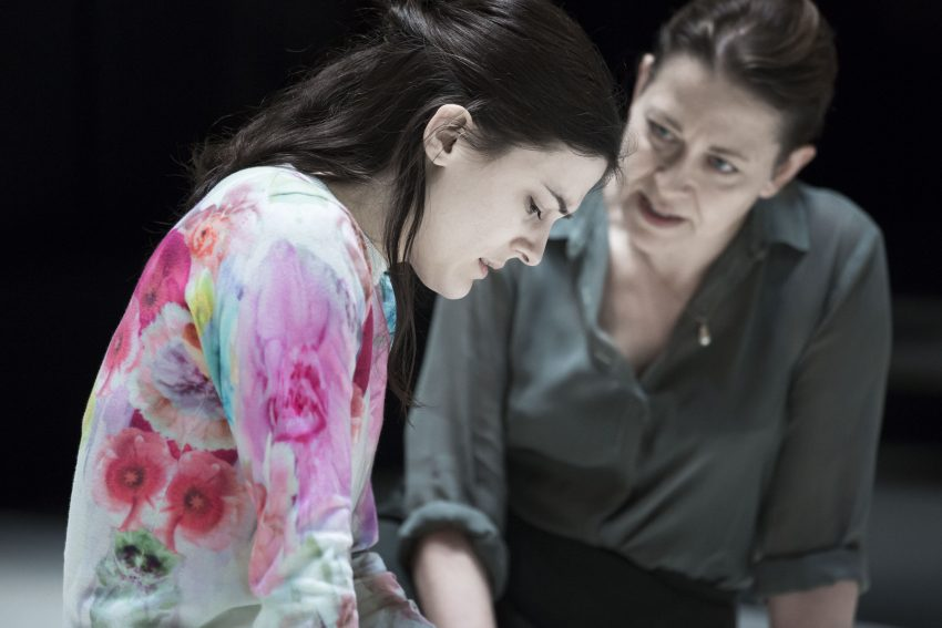 Szenenbild aus A VIEW FROM THE BRIDGE - Beatrice (Nicola Walker) kümmert sich um Catherine (Phoebe Fox) - © Photo by Jan Versweyveld