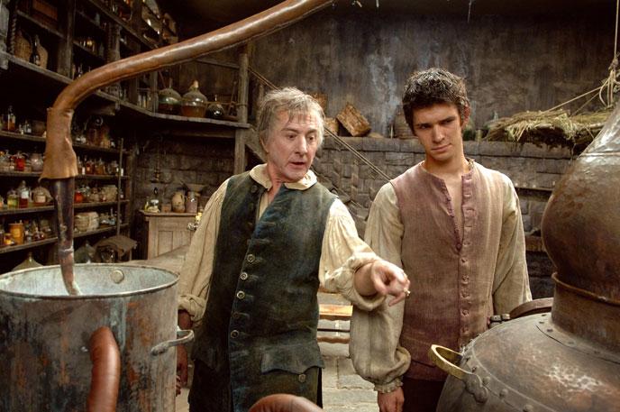 Baldini (Dustin Hofmann) erklärt Jean-Baptiste (Ben Whishaw) die Destillation - © Constantin