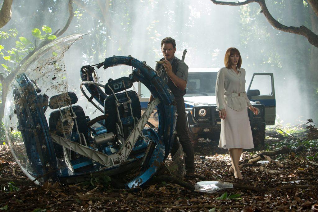 Szenenbild aus JURASSIC WORLD - Owen und Claire untersuchen das zerstörte Transportmittel - © Universal Pictures