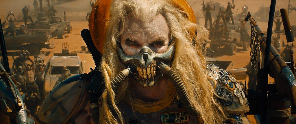Szenenbild aus MAD MAX: FURY ROAD - Der Bösewicht vom Dienst: Immortan Joe - © 2015 Warner Bros. Deutschland