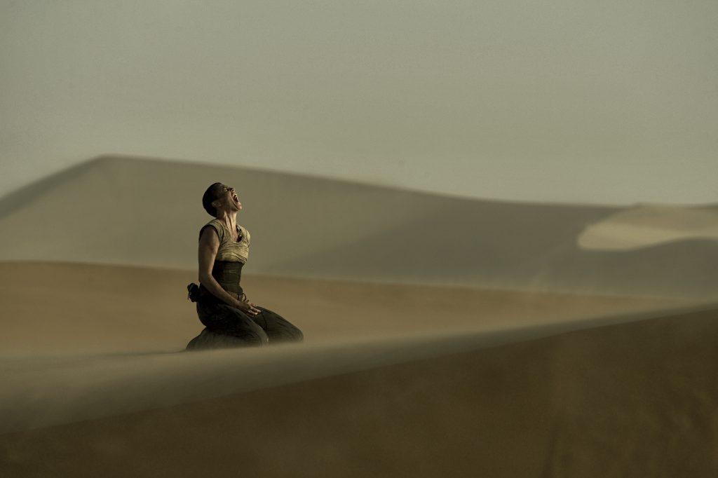 Szenenbild aus MAD MAX: FURY ROAD - Imperator Furiosa (Charlize Theron) ist verzweifelt - © 2015 Warner Bros. Deutschland