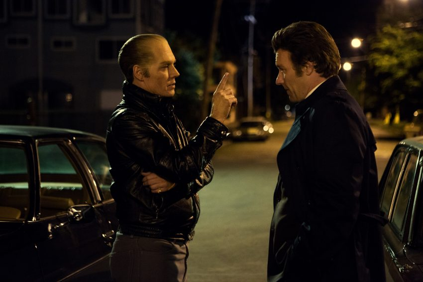 Szenenbild aus BLACK MASS - Jimmy (Johnny Depp) versorgt Conolly (Joel Edgerton) mit Informationen - © 2015 Warner Bros. Entertainment