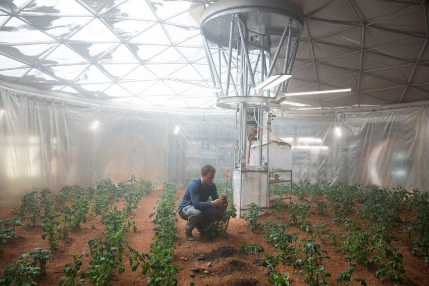 Szenenbild aus THE MARTIAN - DER MARSIANER - Kartoffelernte auf dem Mars - © 2015 Twentieth Century Fox