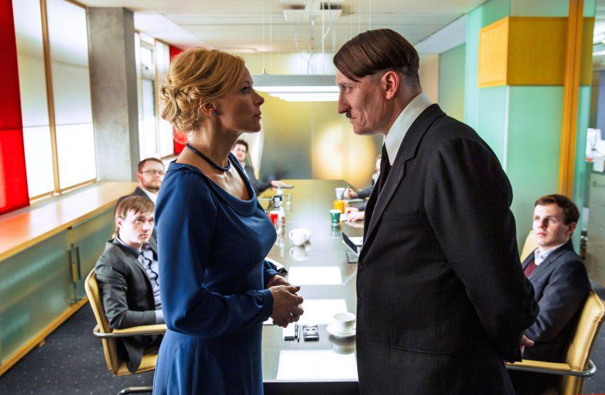 Szenenbild aus ER IST WIEDER DA - Bellini (Katja Riemann) und Hitler (Oliver Mascucci) - © 2015 Constantin Film Verleih GmbH