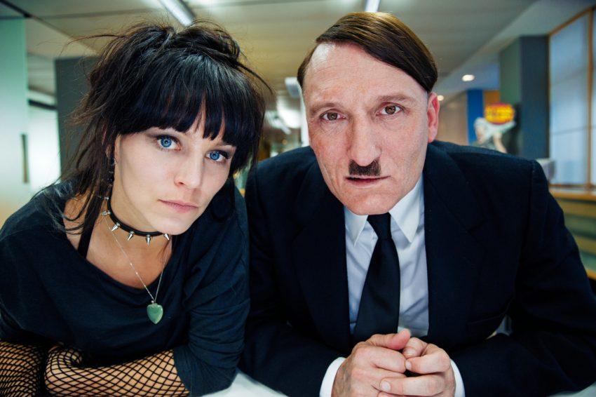 """Szenenbild aus ER IST WIEDER DA - Krömeier (Franziska Wulf) und """"Herr Hitler"""" (Oliver Masucci) - © 2015 Constantin Film Verleih GmbH"""