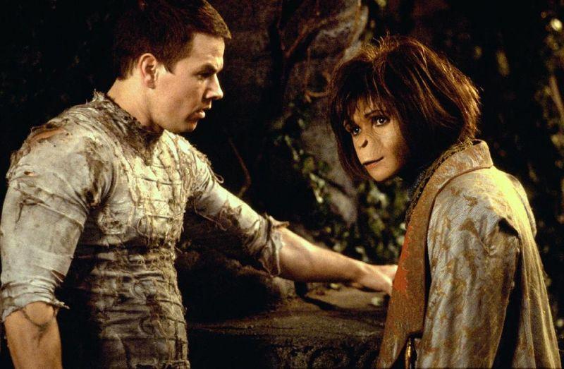 Szenenbild aus PLANET DER AFFEN - Ari (Helena Bonham Carter) hilft Leo (Mark Wahlberg) bei der Flucht - © Twentieth Century Fox of Germany GmbH