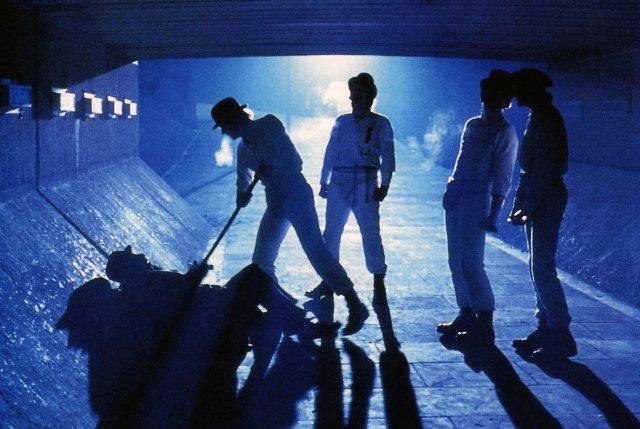 """Szenenbild aus A CLOCKWORK ORANGE - UHRWERK ORANGE - Alex und seine """"Droogs"""" verprügeln einen Betrunkenen. - © Warner Bros."""