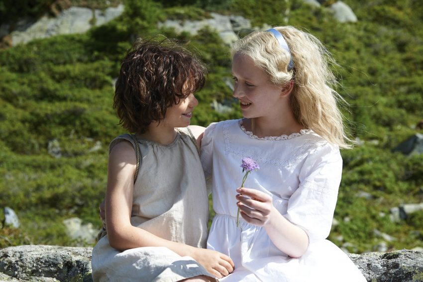 Szenenbild aus HEIDI - Wiedersehen in den Bergen: Heidi (Anuk Steffen) und Klara (Isabelle Ottmann) - © Studiocanal