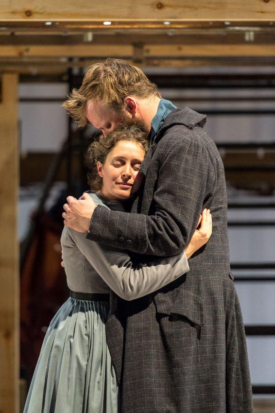 Szenenbild aus NT LIVE: JANE EYRE - Jane (Madeleine Worrall) und Rochester (Felix Hayes) - © NT Live/Credit: Manuel Harlan