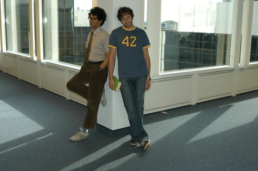 Szenenbild aus THE IT CROWD - Moss (Richard Ayoade) und Roy (Chris O'Dowd) - © Studio Hamburg Enterprises GmbH