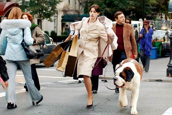 Szenenbild aus THE DEVIL WEARS PRADA - DER TEUFEL TRÄGT PRADA - Andy (Anne Hathaway) unter Stress - © 20th Century Fox