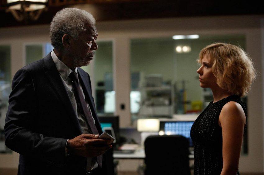 Norman (Morgan Freeman) und Lucy (Scarlett Johansson) - © Universal Pictures