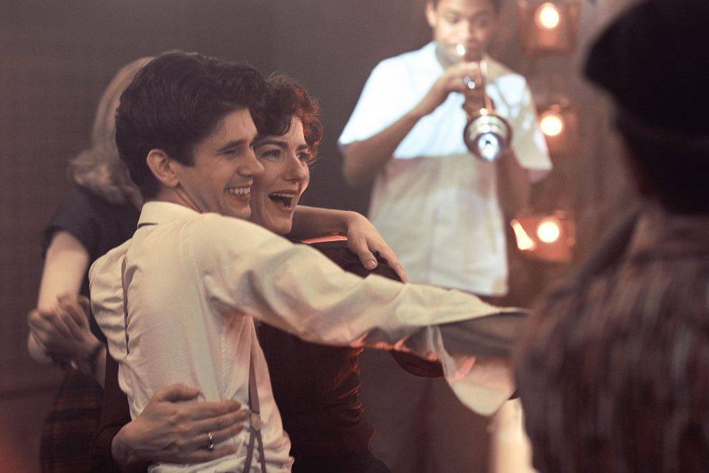 Szenenbild aus THE HOUR - 1. Staffel - Freddie (Ben Whishaw) und Lix (Anna Chancellor) - © Polyband