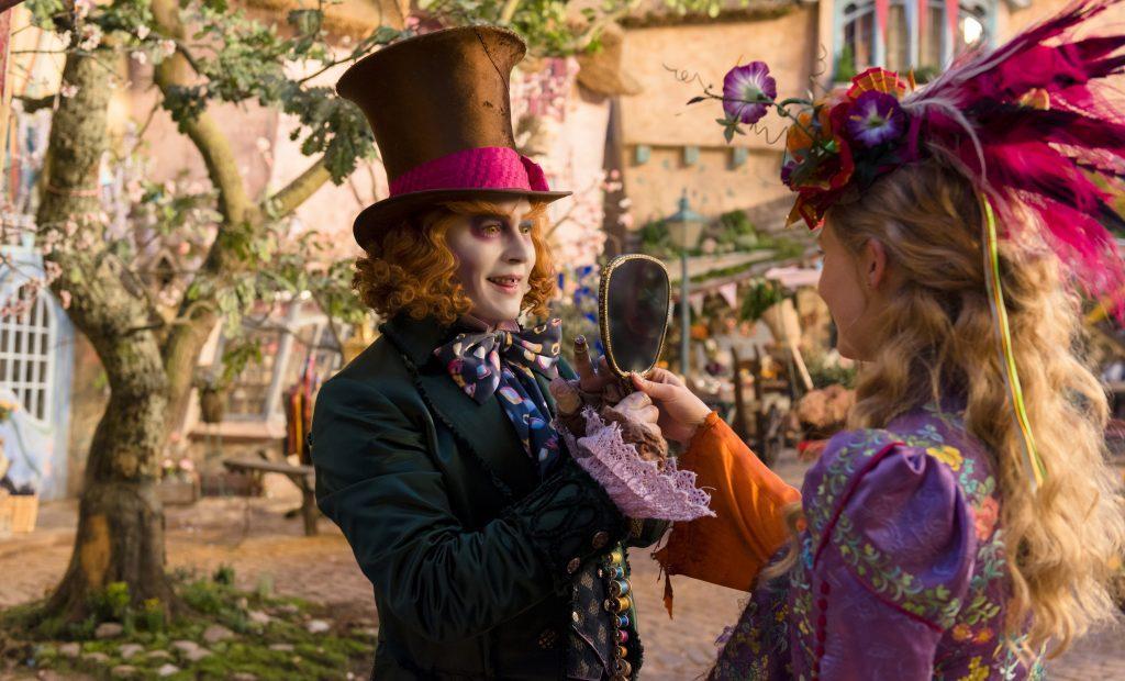 Alice (Mia Wasikowska) reist in der Zeit zurück ins Unterland, um den Verrückten Hutmacher (Johnny Depp) zu retten - © Disney