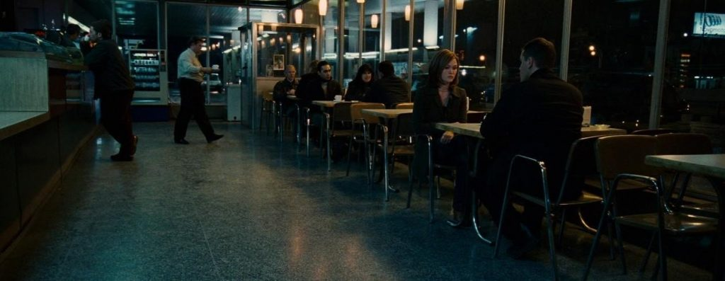 Nicky (Julia Stiles) und Jason (Matt Damon) bei der Lagebesprechung im Restaurant - © Universal Pictures