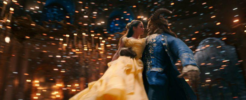 Belle (Emma Watson) beim Tanz mit dem Biest (Dan Stevens) - © Disney