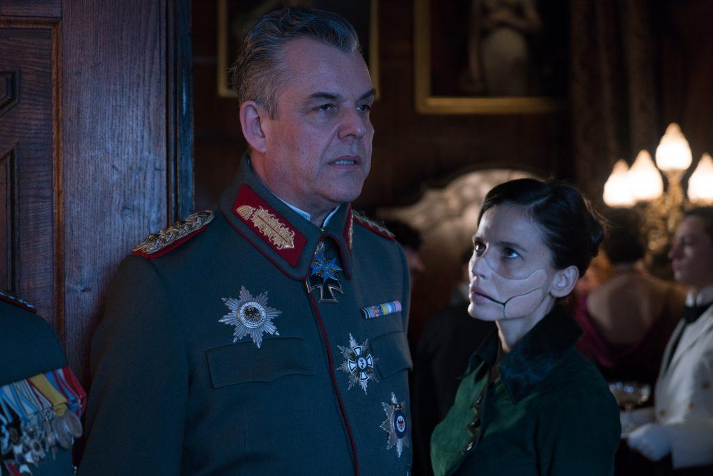 Ludendorff (Danny Huston) und Dr. Poison (Elena Anaya) - © 2017 Warner Bros.