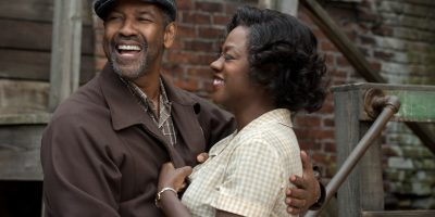 Szenenbild aus FENCES (2016) - Troy (Denzel Washington) umarmt Rose (Viola Davis) - © Paramount Pictures