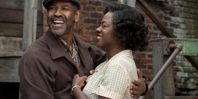 Szenenbild aus FENCES (2016) - Troy (Denzel Washington) umarmt Rose (Viola Davis) - © Paramount Pictures