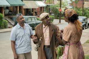 Szenenbild aus FENCES - Troy (Denzel Washington), Gabriel (Mykelti Williamson) und Rose (Viola Davis) auf der Straße - © Paramount Pictures