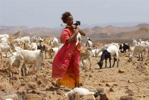 Szenenbild aus WÜSTENBLUME (2009) von Sherry Hormann, Die junge Waris (Soraya Omar-Scego) trägt eine Ziege, © Majestic