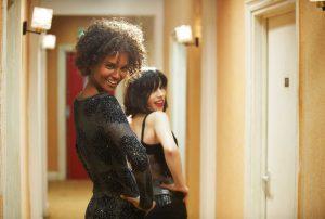 Filmstill aus WÜSTENBLUME (2009) von Sherry Hormann, Waris (Liya Kebede) und Marilyn (Sally Hawkins) posen, © Majestic