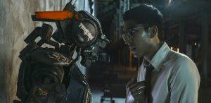 Filmstill aus Neill Blomkamps CHAPPIE; Chappie mit Deon (Dev Patel), Copyright Sony Pictures
