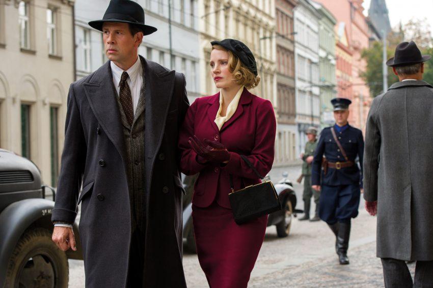 Filmstill aus DIE FRAU DES ZOODIREKTORS (2017), Jessica Chastain und Johan Heldenbergh auf der Straße - © Universal Pictures Germany