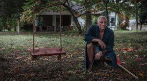 Filmstill aus LOGAN LUCKY von Steven Soderbergh - Joe Bang (Daniel Craig) im Garten - © Studiocanal Germany