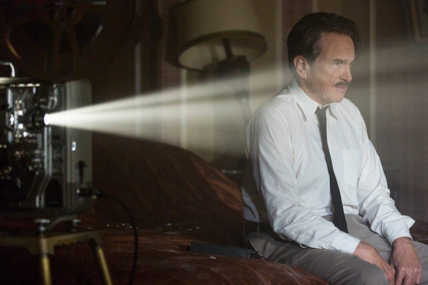 Howard Hughes (Warren Beatty) neben dem Projektor - Filmstill aus RULES DON'T APPLY/REGELN SPIELEN KEINE ROLLE - © 20th Century Fox