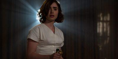 Marla Mabrey (Lily Collins) mit einer Sektflasche - Filmstill aus RULES DON'T APPLY/REGELN SPIELEN KEINE ROLLE - © 20th Century Fox