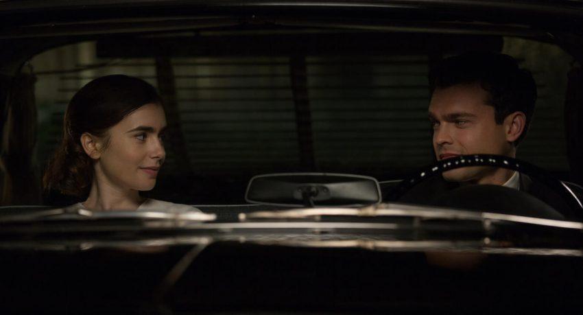 Marla (Lily Collins) und Frank (Alden Ehrenreich) verliebt im Auto - Filmstill aus RULES DON'T APPLY/REGELN SPIELEN KEINE ROLLE - © 20th Century Fox