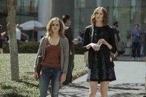 Filmstill THE CIRCLE (2017) - Mae (Emma Watson) und Annie (Karen Gillan) - © Universum