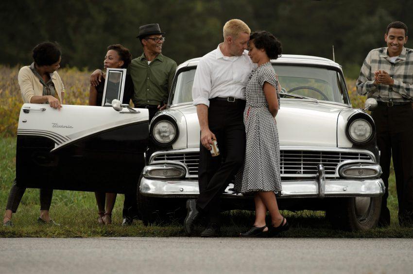 Richard (Joel Edgerton) und Mildred (Ruth Negga) und ihre Freunde - © Universal Pictures