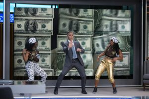 Filmstill aus MONEY MONSTER - Lee (George Clooney) tanzt - © Sony Pictures