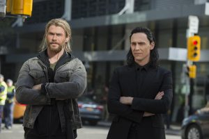 Filmstill aus THOR: RAGNAROK (2017) - Thor (Chris Hemsworth) und Loki (Tom Hiddleston) - © Walt Disney