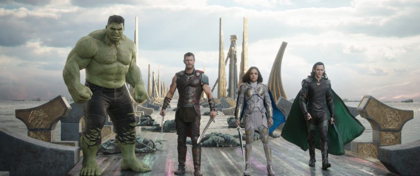 Filmstill aus THOR: RAGNAROK (2017) - Hulk (Mark Ruffalo), Thor (Chris Hemsworth), Valkyrie (Tessa Thompson) und Loki (Tom Hiddleston) - © Marvel Studios 2017