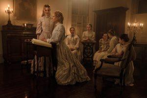 Filmstill aus THE BEGUILED (2017) - Martha (Nicole Kidman) und ihre Schülerinnen - © Universal Pictures