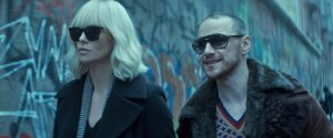 Filmstill aus ATOMIC BLONDE (2017) - Lorraine (Charlize Theron) und David (James McAvoy) - © Universal Pictures Germany