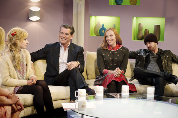 Szenenbild aus A LONG WAY DOWN (2014) - Jess (Imogen Poots), Martin (Pierce Brosnan), Maureen (Toni Collette) und J.J. (Aaron Paul) in einer Talkshow - © Universum