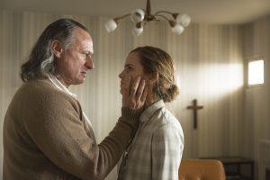 Szenenbild aus COLONIA DIGNIDAD - Paul Schäfer (Michael Nygvist) setzt Lena (Emma Watson) unter Druck. - © Majestic