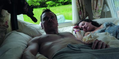 Szenenbild aus DAS GESETZ DER FAMILIE - TRESPASS AGAINST US - Chad (Michael Fassbender) wird im Schlaf geweckt - © Koch Films