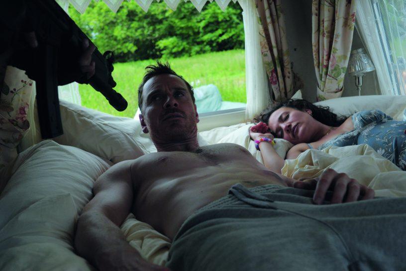 Szenenbild aus DAS GESETZ DER FAMILIE - TRESPASS AGAINST US - Chad (Michael Fassbender) wird im Schlaf geweckt - © Koch Films