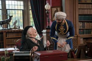 Szenenbild aus VICTORIA & ABDEL (2017) - Königin Victoria (Judi Dench) und Abdel (Ali Fazal) verstehen sich prächtig. - © Universal Pictures