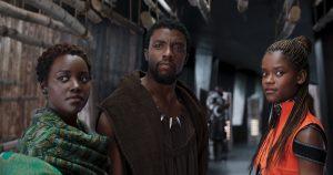 Szenenbild aus BLACK PANTHER (2018) - Nakia (Lupita Nyong'o), T'Challa (Chadwick Boseman) und Schwester Shuri (Letitia Wright) - © Marvel Studios 2018