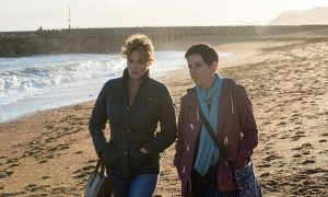 Szenenbild aus BROADCHURCH Staffel 3 - Cath (Sarah Parish) und Trish (Julie Hesmondhalgh) am Strand - © ITV